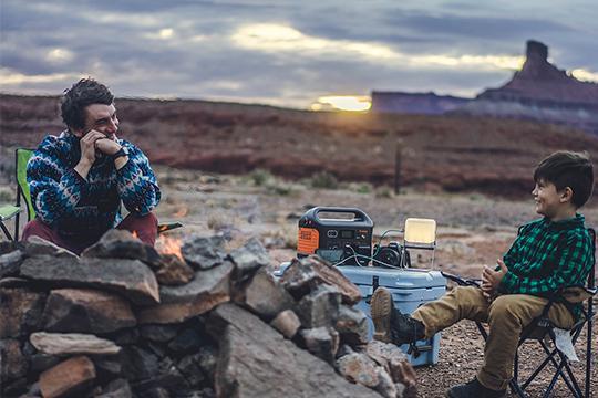 Nabíjení svítilny nabíjecí stanicí Jackery Explorer 250