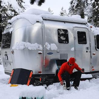 Jackery Explorer 500 připojený na Jackery SolarSaga 60W v zimě